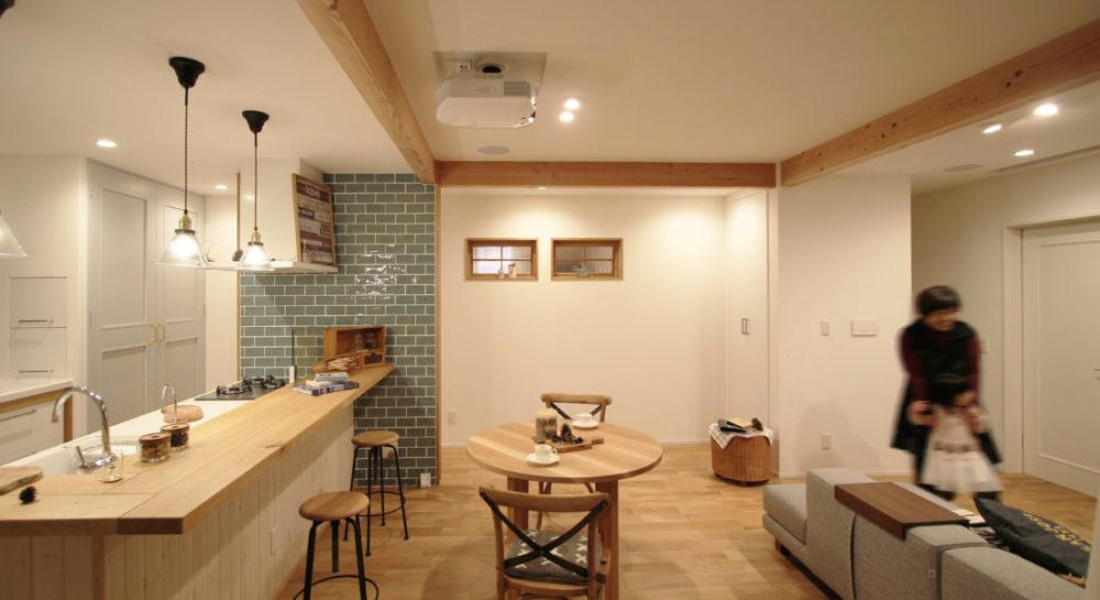 キッチンカウンターの壁はパイン材。フローリングはナラの無垢材