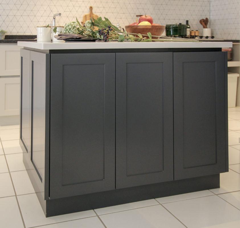 アイランド型作業台:キッチンと作業台のカラーを分けたデザイン