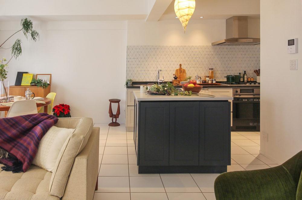 オーダーキッチンとアイランド型の作業台。