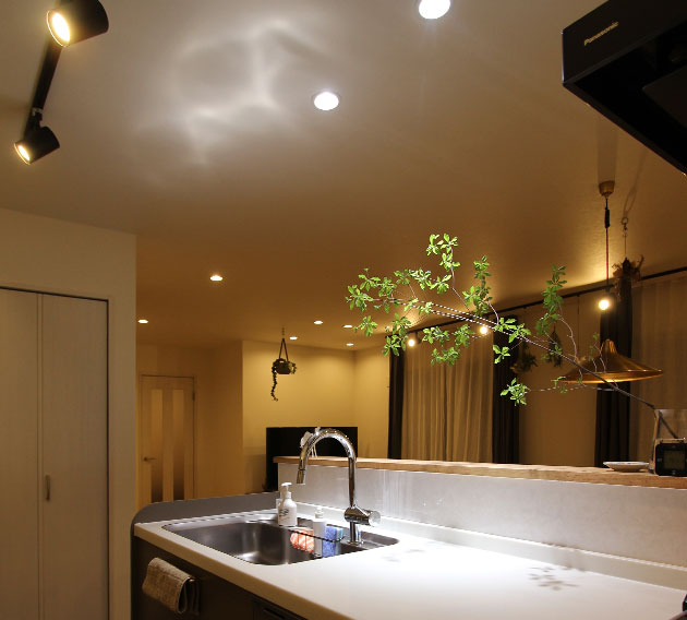 キッチンの反射光もデザイン