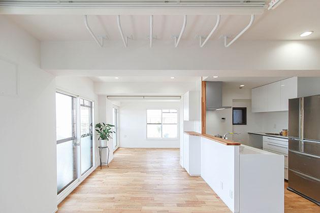 キッチンの袖壁を取り除いた見晴らしの良い空間