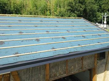 東郷町のリノベーション:屋根材(土葺瓦から桟葺瓦へ葺替えて、軽量化とズレ防止対策)