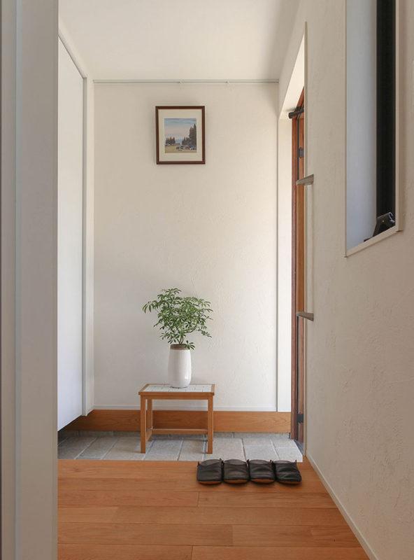 東郷町のリノベーション:玄関(お気に入りの絵のある空間)