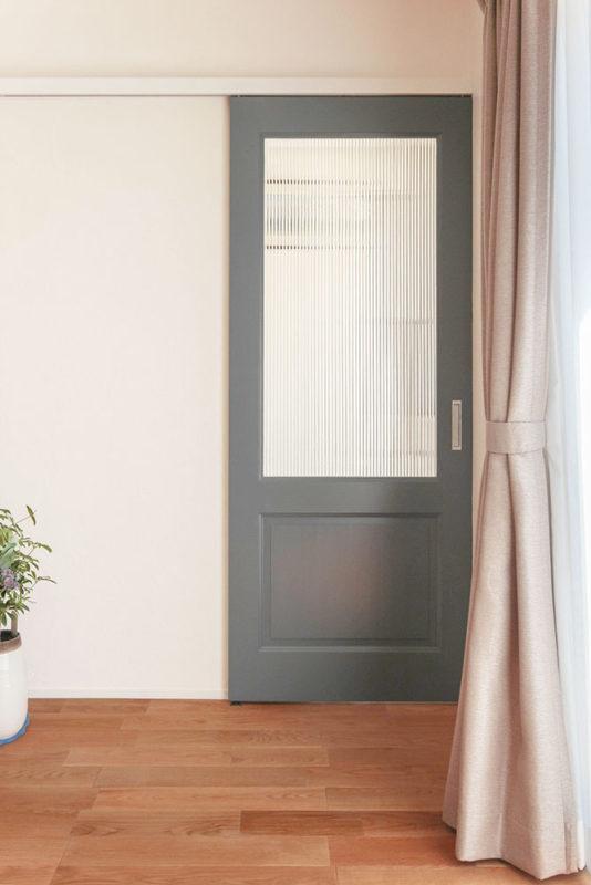 東郷町のリノベーション:ブルーグレーの扉はオーダーメイド