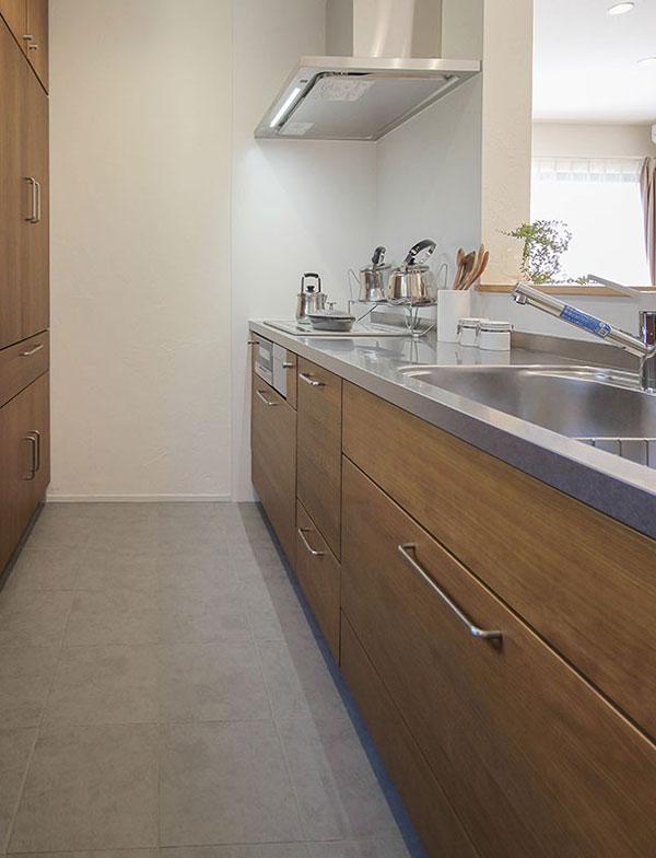 キッチンのタイル床