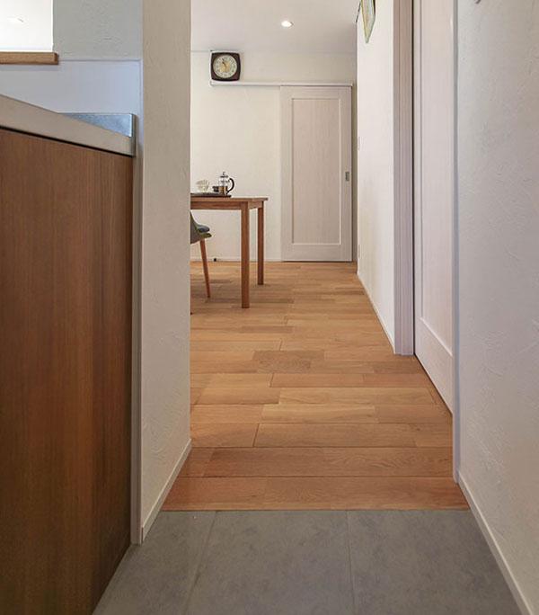 キッチンとリビングの床のトーンを合わせました。