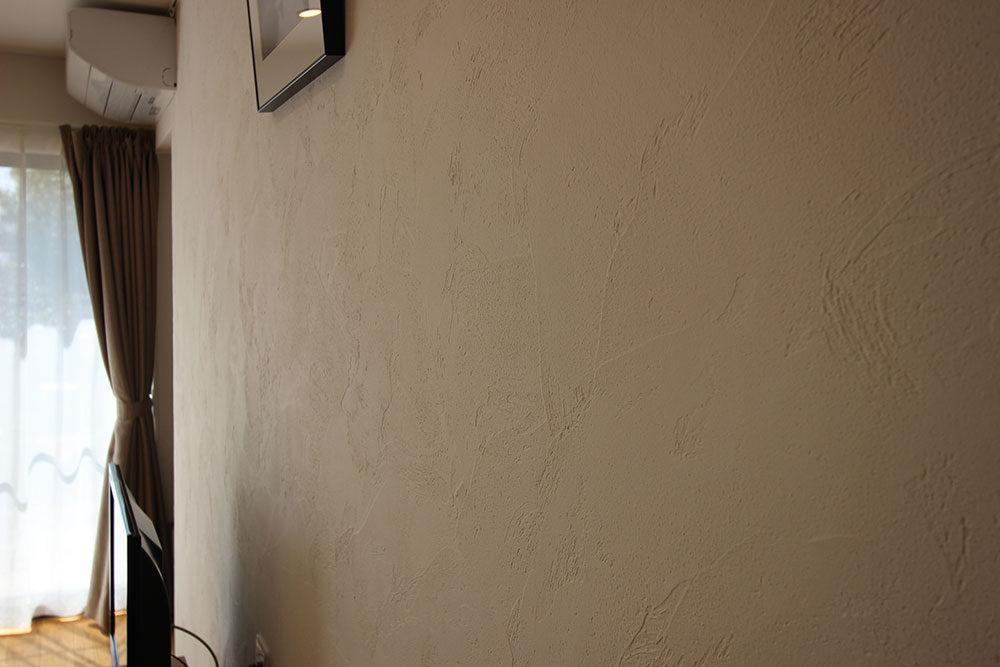 東郷町のリノベーション:天然漆喰の塗り壁。質感を楽しむ。