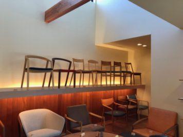 徳島県の椅子製作所にて、ショールーム並ぶ椅子