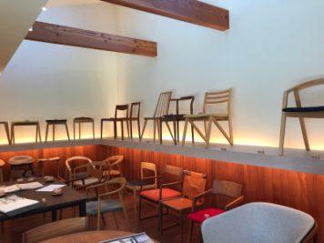 徳島県の椅子製作所にて、ショールーム並ぶ椅子2