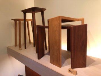 徳島県の椅子製作所にて、ショールーム並ぶ椅子3