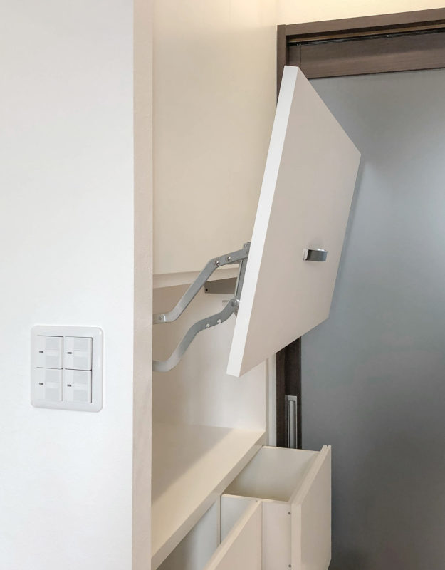 みよし市のリノベーション「スイングアップ扉の収納棚」