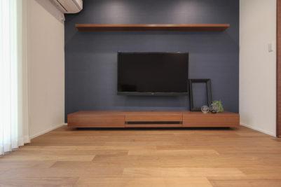 みよし市のリノベーション「オーダーメイドのテレビボード」床から浮かして取り付け