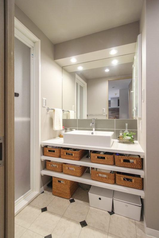 洗面化粧台はオリーブ調のタイルにすることで落ち着いた大人な空間を演出。