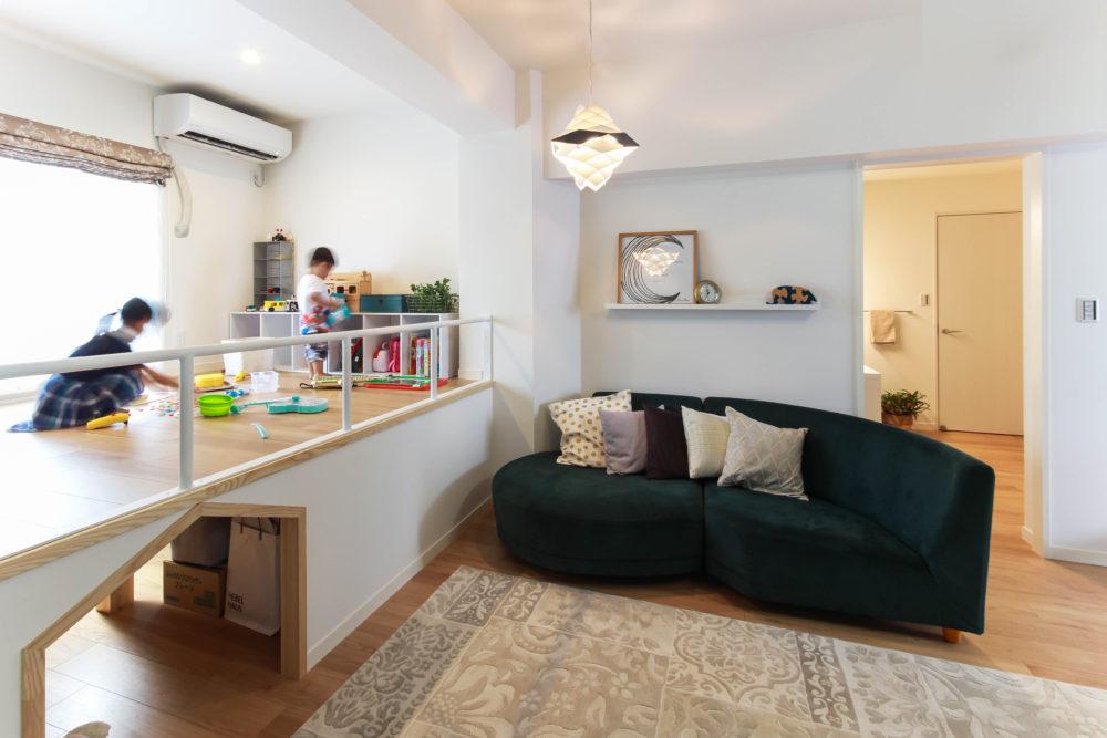 お部屋のスペースを有効活用した小上がり収納のある居間