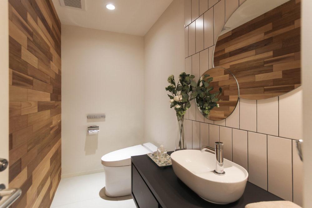 ラグジュアリーな雰囲気のトイレ