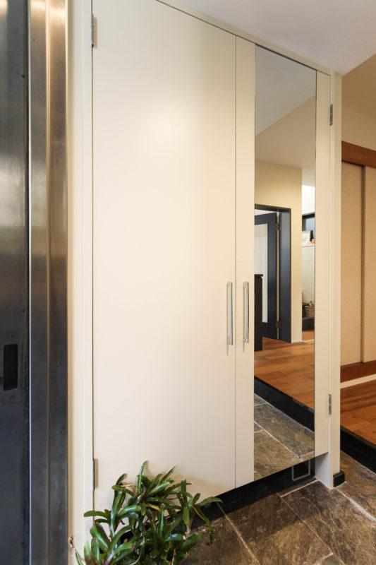 玄関のトール収納に鏡を取り付けてお出かけ前にチェック
