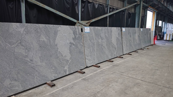 新事務所「コンセプトルーム」のキッチンに使う石板の工場にて切り出した石板