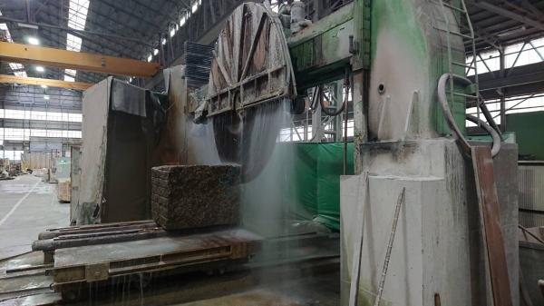 新事務所「コンセプトルーム」のキッチンに使う石板の工場:石材のカット