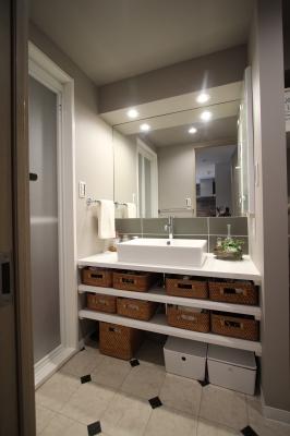 オープン収納を採用した洗面台