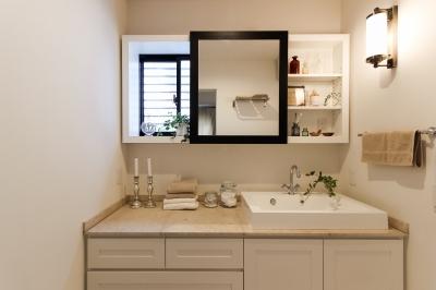 コンセプトハウスの洗面化粧台のスライドミラー