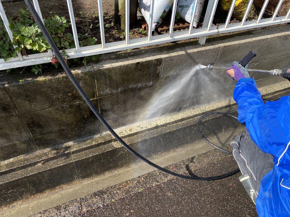ブロック塀を高圧洗浄中