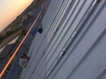自社施工スタッフで、ソーラーパネル設置中の作業風景