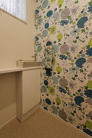 1階トイレの花柄クロス