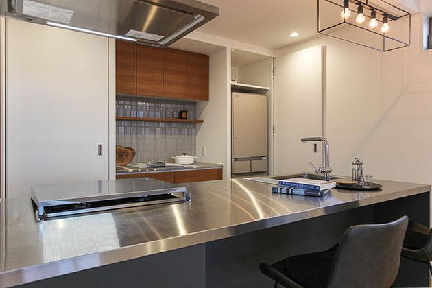 キッチンをスッキリ見せる収納扉