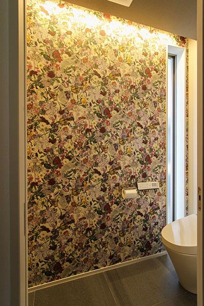 2階トイレの花柄クロス