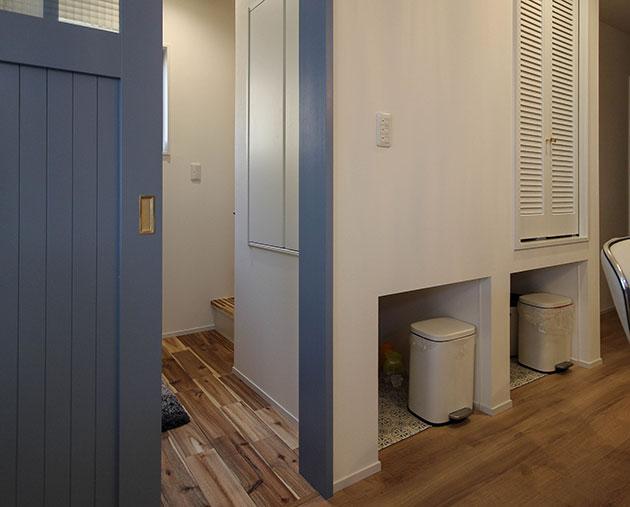 収納棚下のスペースを生かしたペット用トイレ