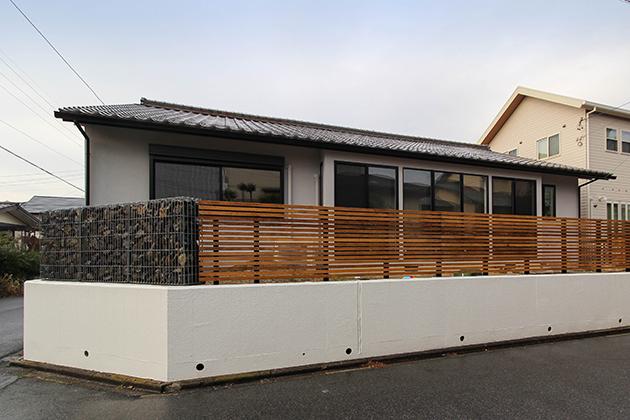 ガビオン(石籠)と木製フェンスの 平屋 リノベーション