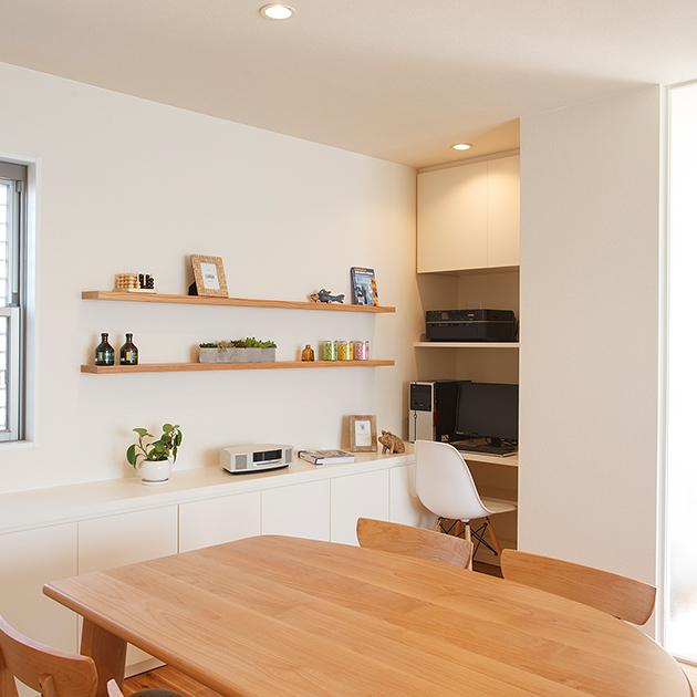 ダイニングテーブルのすぐ横に便利な棚を造作