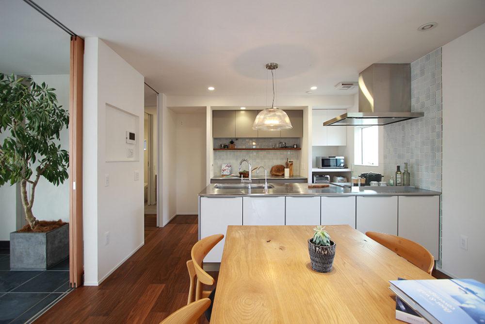 新築・戸建て平屋住宅:ダイニング側にも収納のあるキッチン