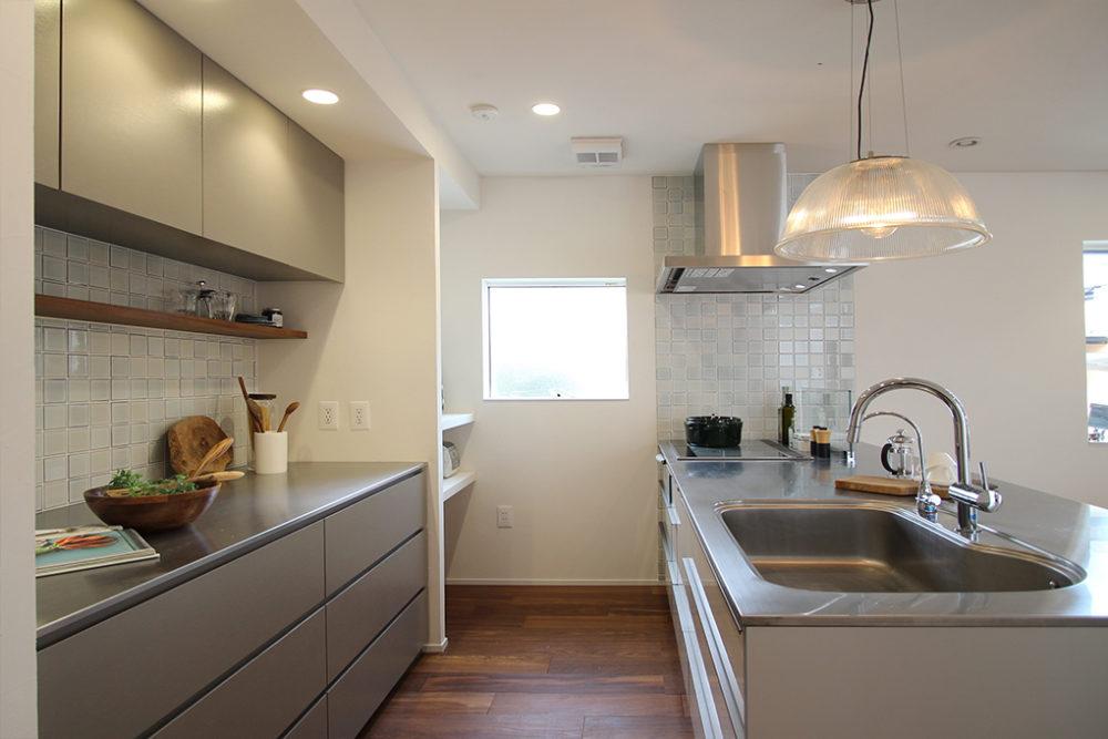 新築・戸建て平屋住宅:キッチンと背面収納