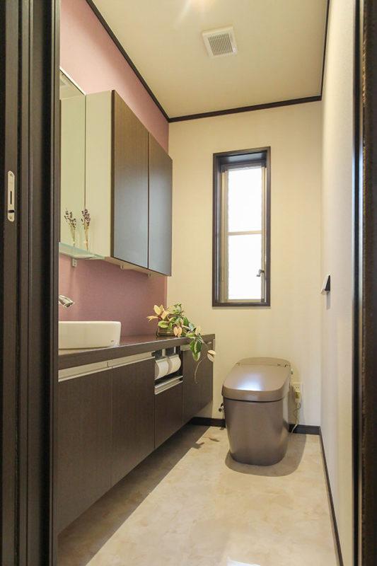 エレガントな空間のトイレ