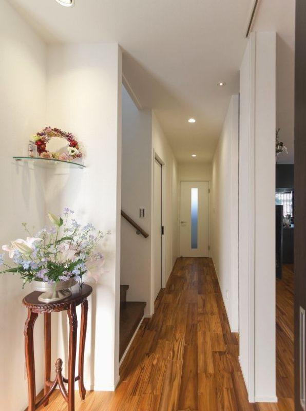 玄関から一直線に繋がる廊下