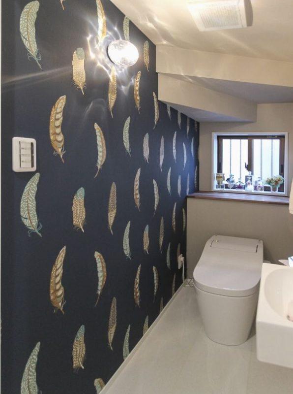 2階トイレは、リビングの間仕切りと色違いの壁紙
