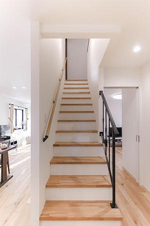キッチンにつながる階段:長久手市リノベーション