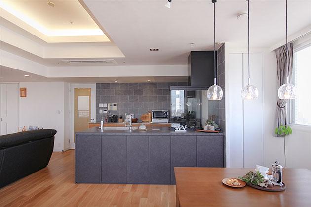システムキッチンの右横にはパントリーを設置