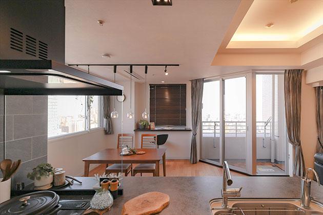 見晴らしがよいマンションの利点を生かしたキッチン
