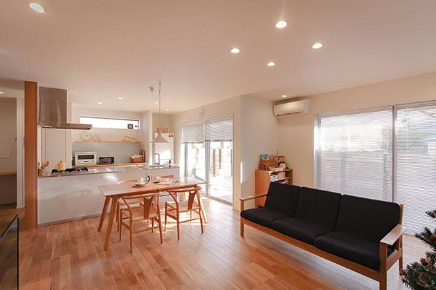 ダイニングキッチンとリビングを一つの空間にして開放的に