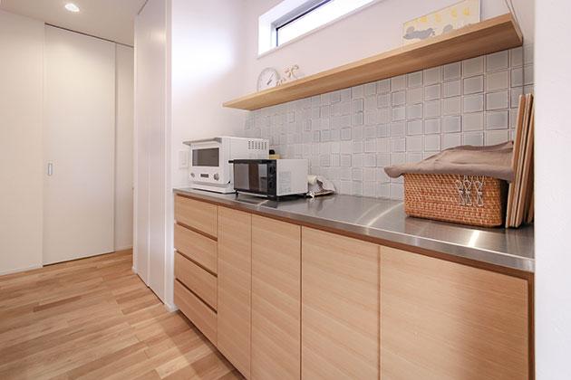 アイランドキッチンに合わせた充実の背面収納