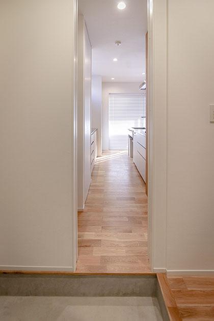 玄関からキッチンに直につながるドア