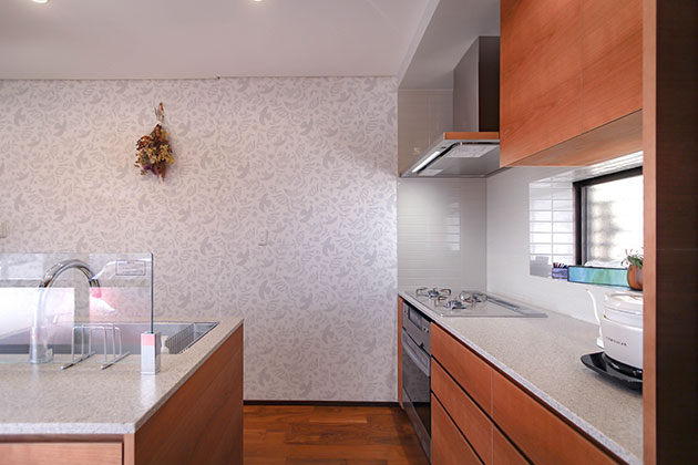壁側に加熱式調理機器とアイランド調理台の2箇所に分けたキッチン