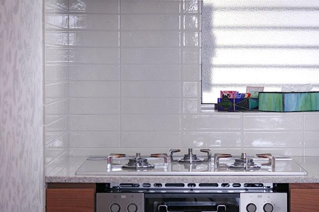 加熱調理機器キッチンの壁面タイル