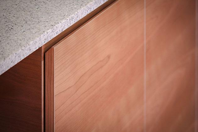 上部を斜めにカットしたキッチンの扉
