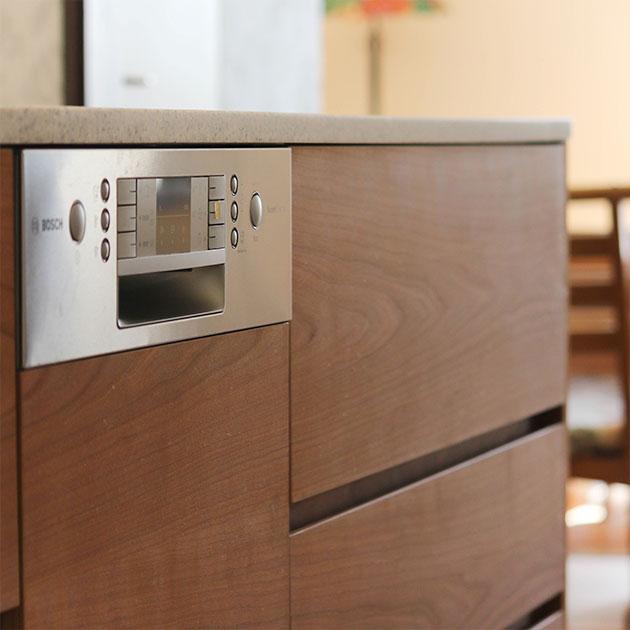 ブラックチェリーのキッチン扉がシンプルで上品なシンク側アイランド調理台。