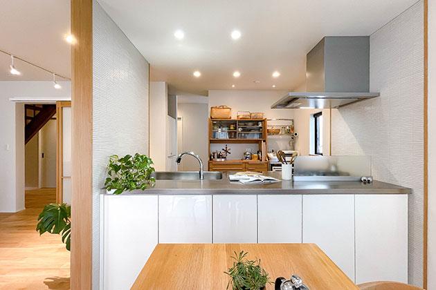 両面収納の白い対面キッチン