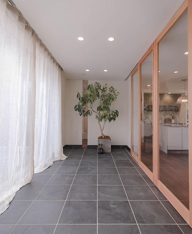 インナーテラス。建具を閉めれば空間を分ける。部屋の温度調節も自然に対応できます。