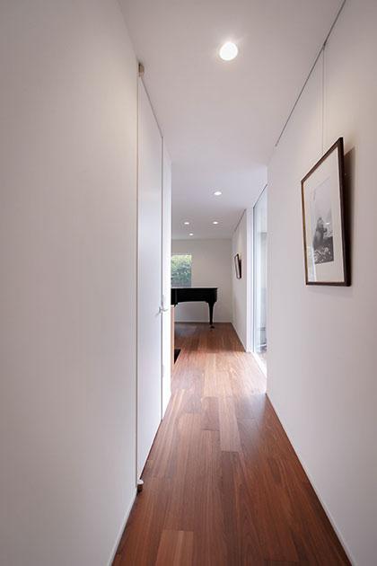 玄関横にはオープンピアノルーム